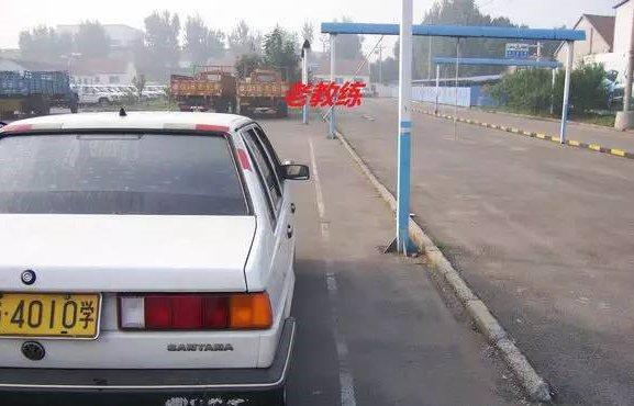 如何通过后视镜观察车身来判断车身是否停正